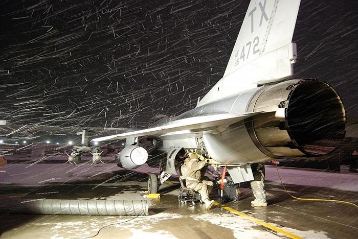 Sửa chữa, bảo dưỡng F-16 Fighting Falcon trong trời tuyết rơi dày ở Afghanistan