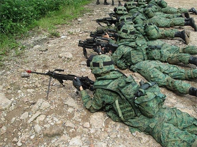 Các binh sĩ Singapore luyện tập trước ngày tốt nghiệp trường quân sự