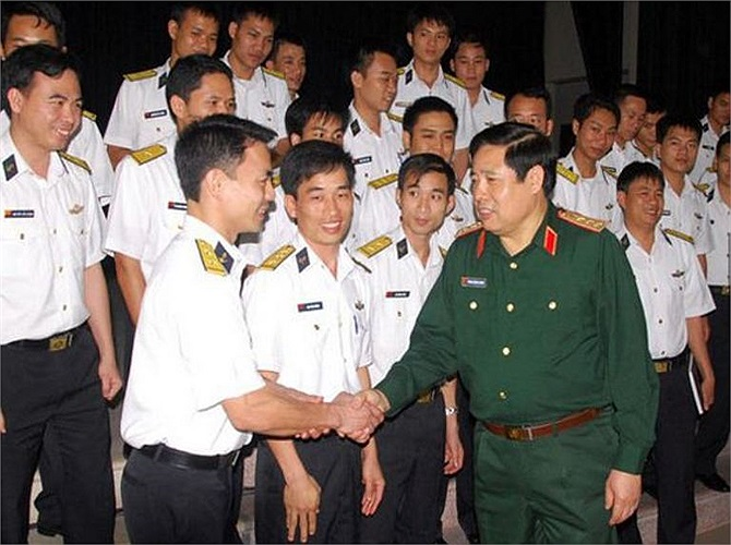 Vì vậy, công tác tuyển chọn và đào tạo thủy thủ tàu ngầm cho Hải quân Việt Nam được tiến hành nghiêm ngặt từ yêu cầu sức khỏe tốt đến lý lịch gia đình, phẩm chất chính trị. (Trong ảnh: Bộ trưởng Quốc phòng Phùng Quang Thanh gặp gỡ, giao nhiệm vụ cho sĩ quan và thủy thủ tàu ngầm Việt Nam trước khi lên đường sang Nga đào tạo).