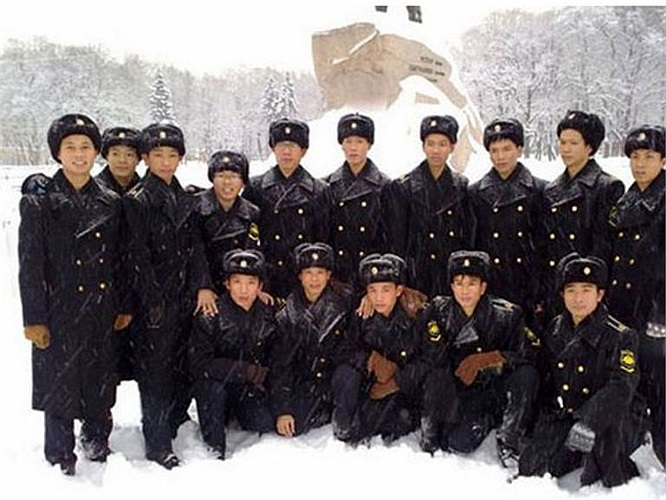Nhiều tiêu chí khi tuyển chọn thủy thủ tàu ngầm còn cao hơn tuyển chọn phi công chiến đấu. Bởi nếu một phi công lái máy bay không may gây ra sự cố thì thiệt hại chỉ một máy bay, nhưng đối với thủy thủ tàu ngầm thì ngoài giá trị vật chất một chiếc tàu ngầm lớn gấp nhiều lần máy bay thì giá trị tính mạng hàng chục thủy thủ không thể tính được. (Trong ảnh: Thủy thủ tàu ngầm Việt Nam tại Nga được báo chí Trung Quốc đăng tải năm 2011)