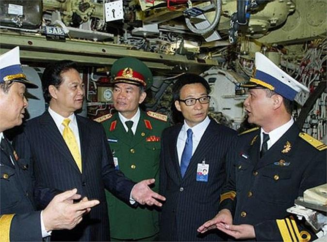 Tuy nhiên, cho dù vũ khí hiện đại đến đâu nhưng nếu yếu tố làm chủ con tàu, nhất là không khai thác hết những tính năng ưu việt và cách đánh không sáng tạo, linh hoạt thì hiệu suất chiến đấu của tàu sẽ giảm đi nhiều. Đây là bài toán khó đang đặt ra đối với các sĩ quan, thủy thủ Hải quân. (Trong ảnh: Thủ tướng Nguyễn Tấn Dũng trò chuyện với Thuyền trưởng tầu ngầm Hà Nội, Thiếu tá Nguyễn Văn Quán trong chuyến thăm tàu ngầm Hà Nội hồi tháng 5/2013)