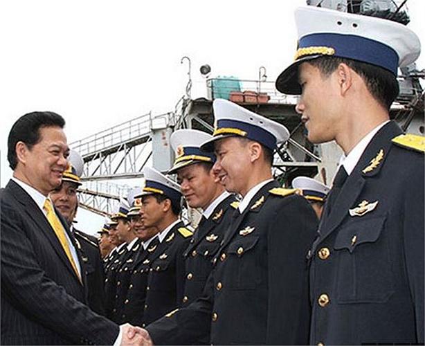 Thủ tướng Nguyễn Tấn Dũng bắt tay từng cán bộ chiến sĩ trong đội tàu.