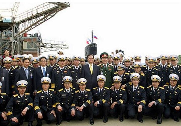 Hình ảnh thủy thủ tàu ngầm Kilo HQ-182 Hà Nội tại Nga.