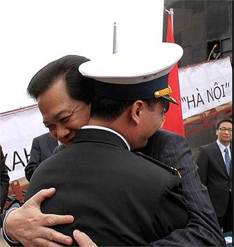 Cái ôm hôn thắm thiết của người đứng đầu Chính phủ với Thuyền trưởng đầu tiên của tàu ngầm Hải quân nhân dân Việt Nam.