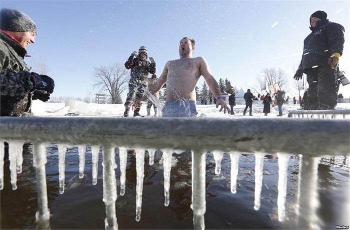 Người đàn ông nhảy vào một cái lỗ trên sông Ottawa đã đóng băng ở Canada