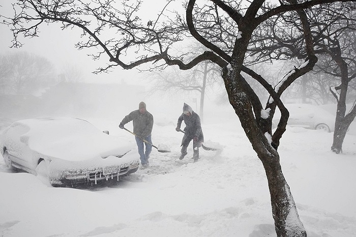 Người dân dọn tuyết ở Chicago, Mỹ