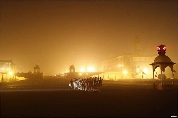 Binh sĩ Ấn Độ tập diễn hành vào một buổi sáng mùa đông mù sương ở New Delhi