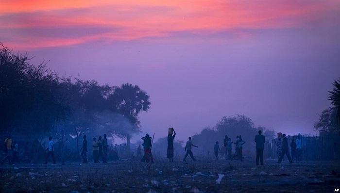 Người dân chạy lánh nạn vì giao tranh giữa lực lượng chính phủ và phiến quân ở Bor dùng thuyền vượt qua sông Nile Trắng, Nam Sudan