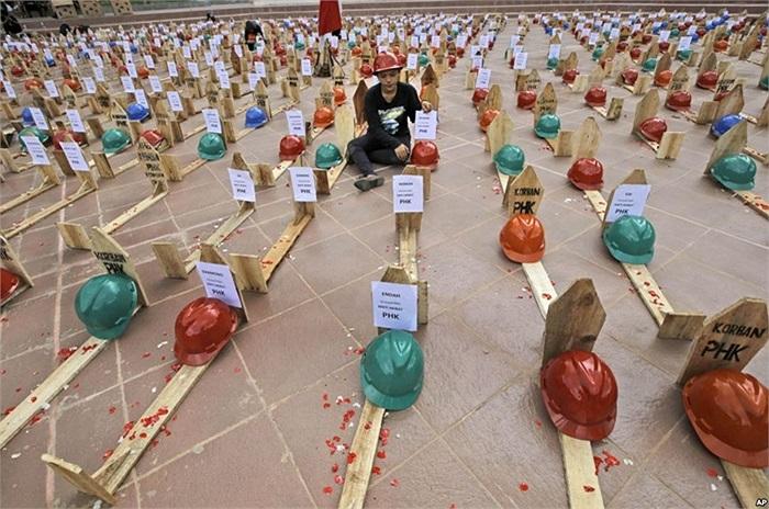 Thợ mỏ lập mộ giả để biểu tình ở Jakarta, Indonesia