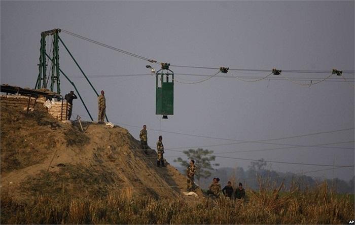 Binh sĩ thuộc lực lượng an ninh biên giới Ấn Độ lắp ráp một buồng gác di động chống đạn tại cửa khẩu quốc tế Bobiya Ấn Độ-Pakistan
