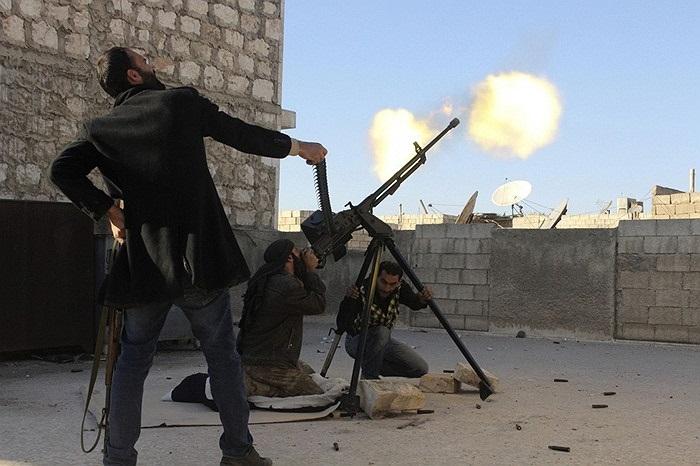 Các binh sĩ quân nổi dậy Syria dùng súng phòng không bắn máy bay trực thăng của chính phủ
