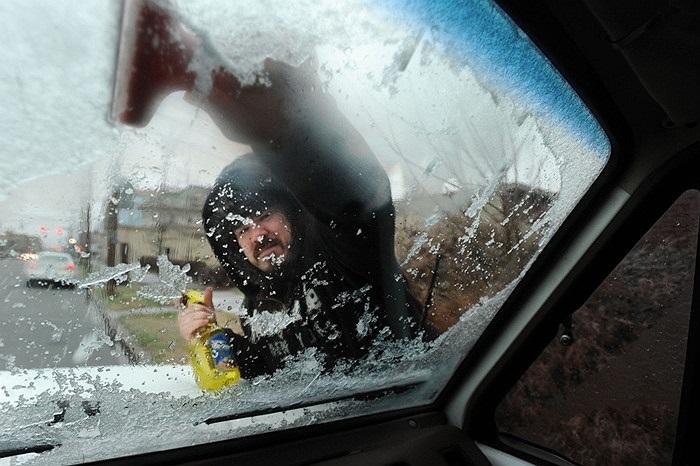 Người đàn ông rửa xe sau bão tuyết ở Owensboro, Kentucky