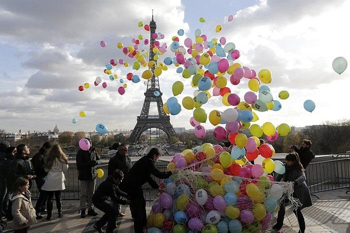 Thả bóng bay ở tháp Eiffel, Pháp