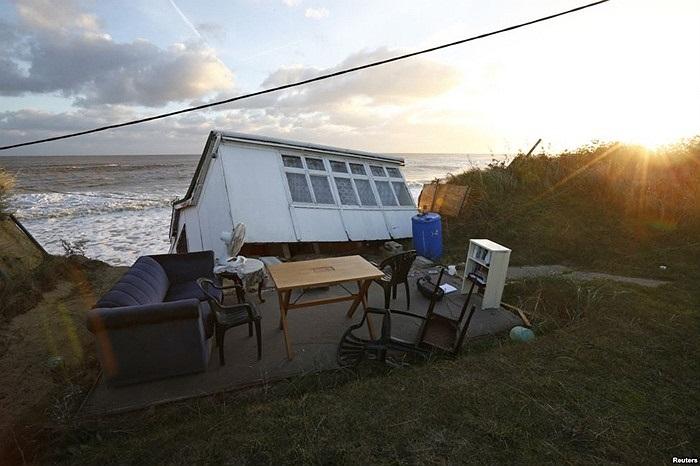 Đồ nội thất một ngôi nhà bị rơi xuống biển trong một đợt triều cường do bão ở Hemsby, đông nam nước Anh