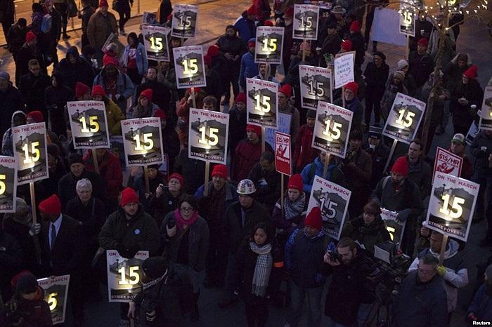 Nhân viên của những cửa hàng phục vụ thức ăn nhanh biểu tình đòi tăng lương tối thiểu tại Tòa thị chính thành phố Seattle, bang Washington