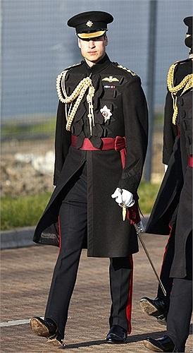 Hoàng tử William của Anh đến ở một căn cứ quân sự ở Aldershot, Anh, dự lễ trao huy chương cho những quân nhân Anh phục vụ ở Afghanistan