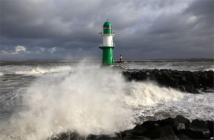 Ngọn hải đăng tại cảng Rostock-Warnemuende ở Biển Baltic, phía đông nước Ðức trong cơn bão