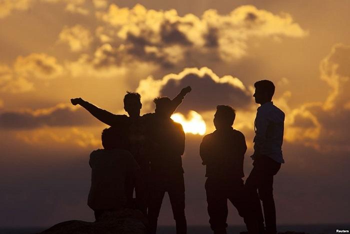 Dân chúng đi xem mặt trời mọc vào ngày đầu năm tại bãi biển Cancun, Mexico