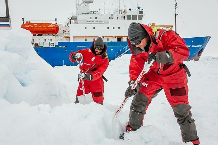 Các nhà khoa học dùng xẻng xúc băng khi bị mắc kẹt ở Nam Cực