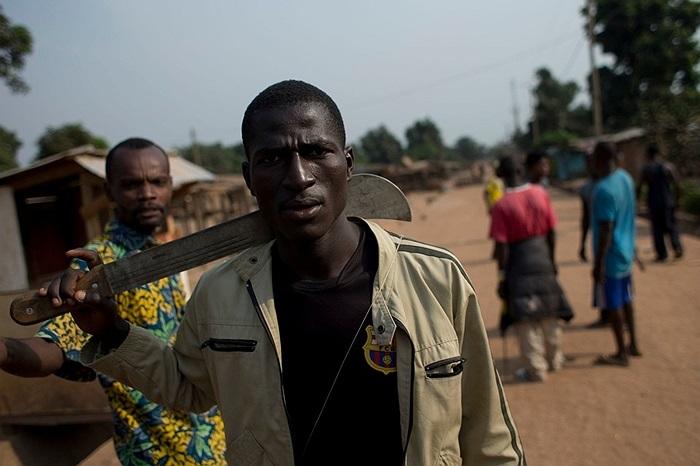 Người đàn ông mang theo con dao machete khi đi trên đường phố Bangui, Cộng hòa Trung Phi
