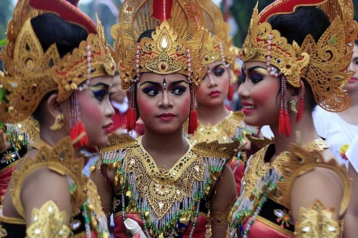 Các thiếu nữ hóa trang mừng năm mới ở Bali, Indonesia