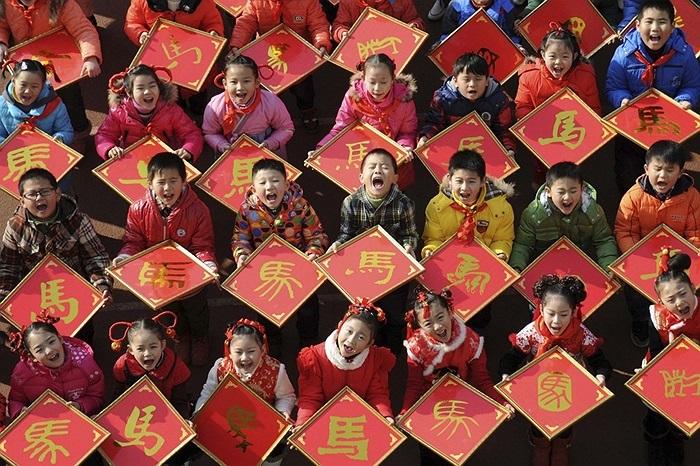 Trẻ em Trung Quốc cầm các chữ 'Mã' chào đón năm mới 2014