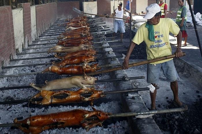 Các công nhân làm việc ở lò heo quay Quezon, Philippines
