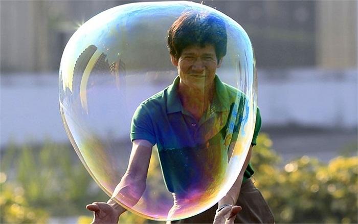 Người đàn ông chơi với bong bóng xà phòng ở Manila, Philippines