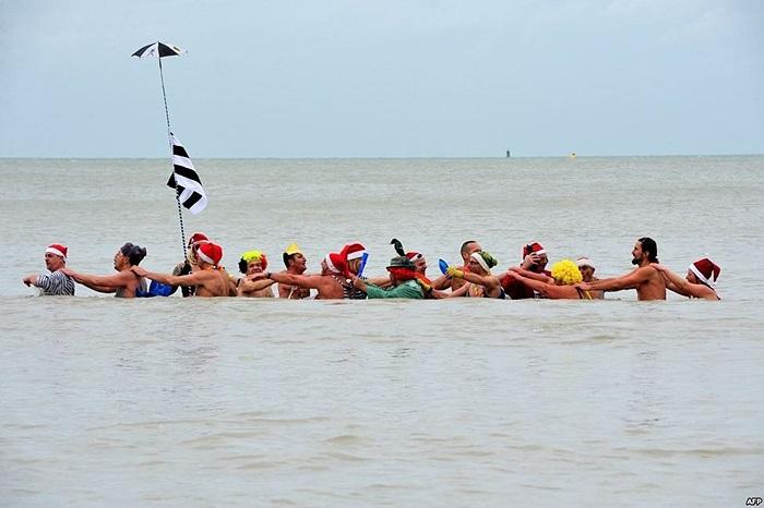 Dân chúng tham gia buổi tắm biển truyền thống trong dịp đón mừng năm mới tại bãi biển Dunkurt, phía bắc nước Pháp