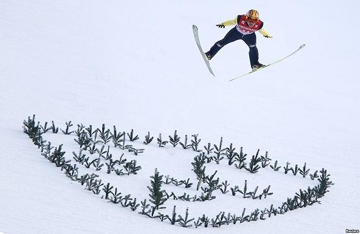 VĐV Nhật Bản Noriaki Kasai nhảy trong cuộc thi trượt tuyết tại miền nam nước Đức