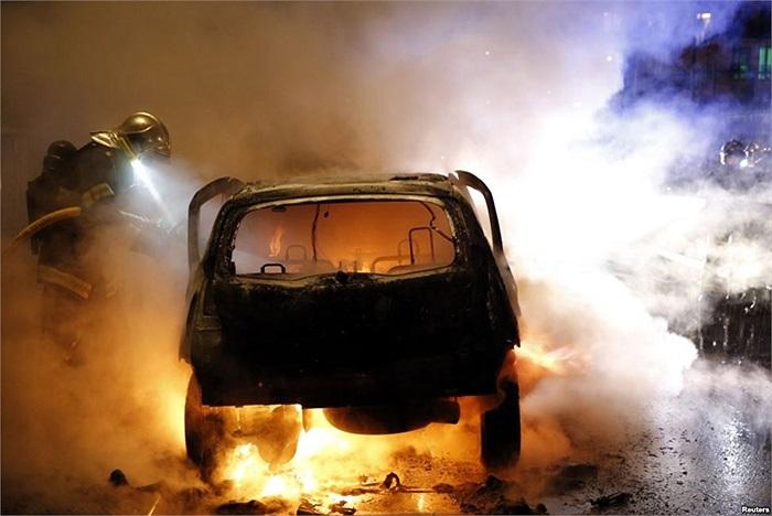 Nhân viên cứu hỏa dập tắt xe hơi bốc cháy tại thành phố Lille, Pháp