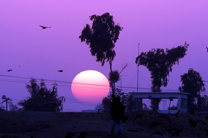 Mặt trời khổng lồ sắp lặn ở Karachi, Pakistan