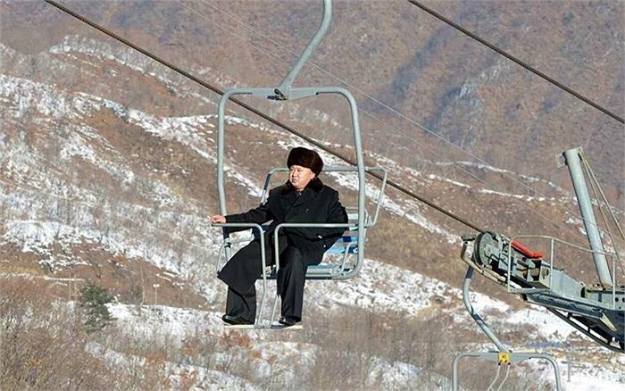 Chủ tịch Kim Jong-un ngồi 1 mình trên cáp treo ở khu nghỉ dưỡng Masik Pass, Triều Tiên