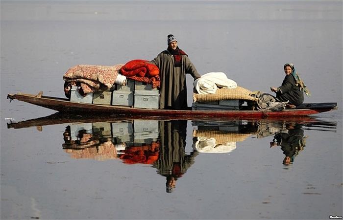 Người dân Kashmir chuyển đồ đạc đến nơi an toàn hơn sau khi nhà của họ ở Dhobi Ghat, ngoại ô Srinagar, Ấn Độ