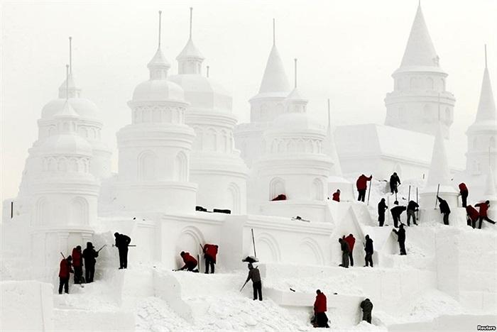 Thợ xây tòa lâu đài tuyết trong một công viên ở Trường Xuân, tỉnh Cát Lâm, Trung Quốc