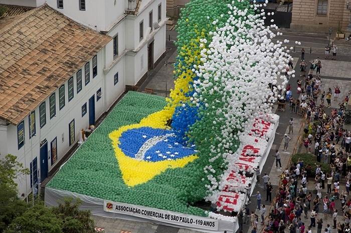Hiệp hội Thương mại Sao Paulo thả hàng ngàn chiếc bong bóng mang màu cờ của Brazil để mừng tất niên trong trung tâm thành phố Sao Paulo, Brazil