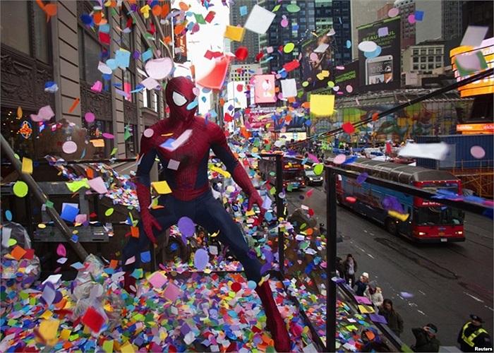 Người trong trang phục Người Nhện diễn tập chương trình tung confetti tại Quảng trường Times ở New York