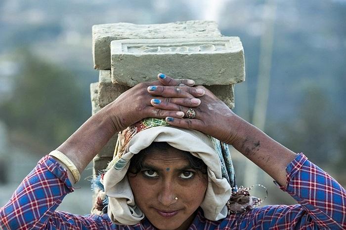 Người phụ nữ đội gạch lên đầu ở Lalitpur, Nepal