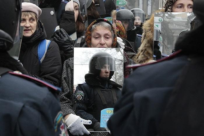 Người biểu tình mang theo gương khi xuống đường ở Kiev, Ukraine