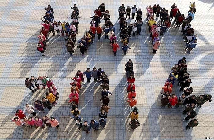 Học sinh đứng tạo hình thành hàng chữ -  Happy 2014 - để chào đón năm mới sắp đến tại một trường trung học ở thị trấn Mã An Sơn, tỉnh An Huy, Trung Quốc