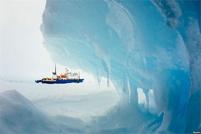 Chiếc tàu MV Akademik Shokalskiy của Nga kẹt giữa băng tuyết ở Nam Cực đã một tuần với 74 người trên tàu
