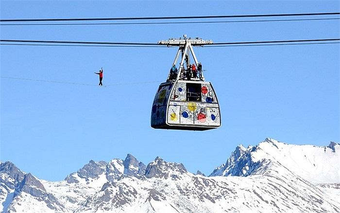 Vận động viên thể thao mạo hiểm đi trên dây ở vùng núi cao của Pháp