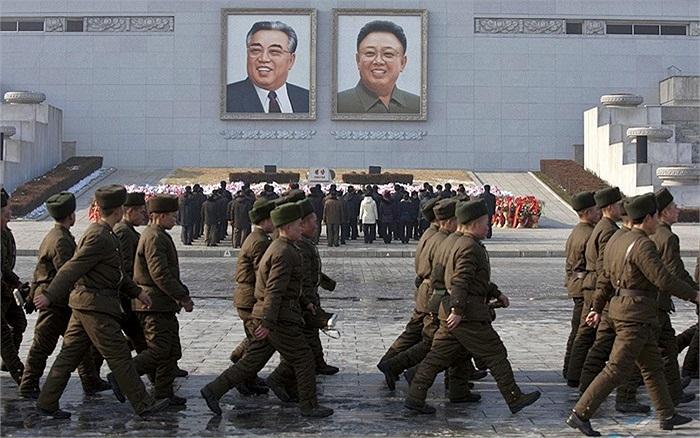 Binh sĩ Triều Tiên diễu hành trong lễ kỷ niệm 2 năm ngày mất cố Chủ tịch Kim Jong-il