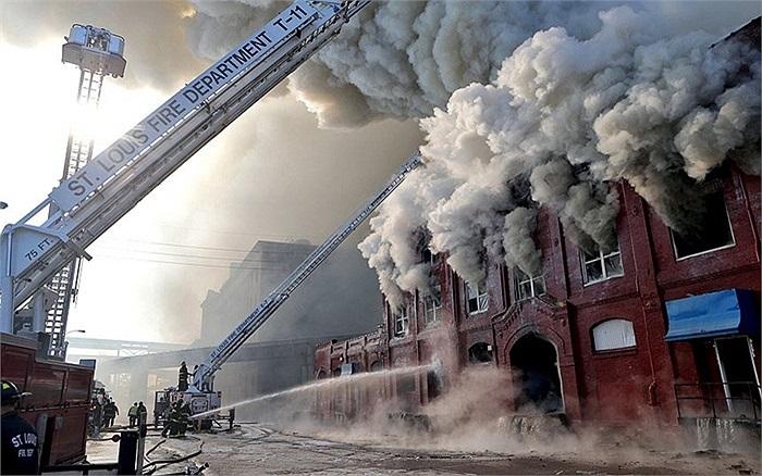 Các nhân viên cứu hỏa đang cố dập tắt đám cháy ở bờ sông St. Louis, Mỹ