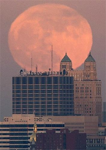 Mặt trăng tròn khổng lồ xuất hiện ở Kansas, Mỹ