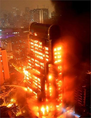 Tòa nhà 25 tầng ở thành phố Quảng Châu, tỉnh Quảng Đông ngập chìm trong lửa
