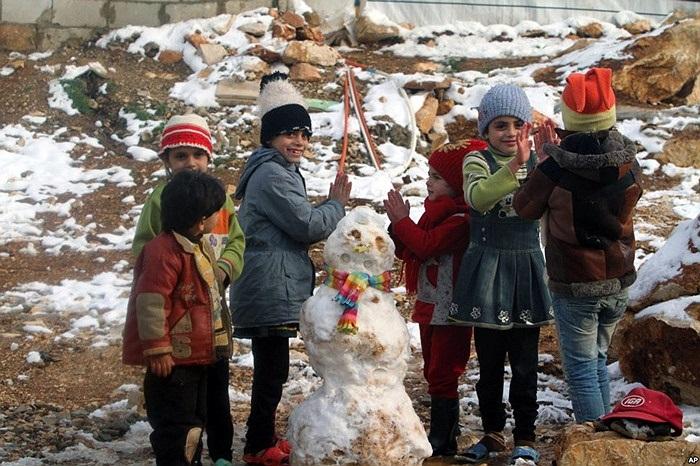 Trẻ em Syria chơi nặn người tuyết trong một trại tỵ nạn ở thung lũng Bekaa, miền đông Lebon