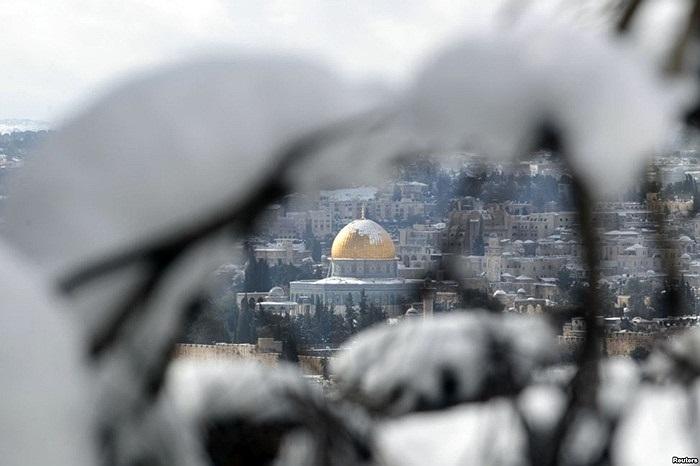 Tuyết rơi ở Thành cổ Jerusalem với kiến trúc Mái vòm Ðá