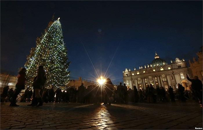 Cây thông Noel được thắp sáng sau một buổi lễ tại quảng trường Thánh Pietro tại Vatican