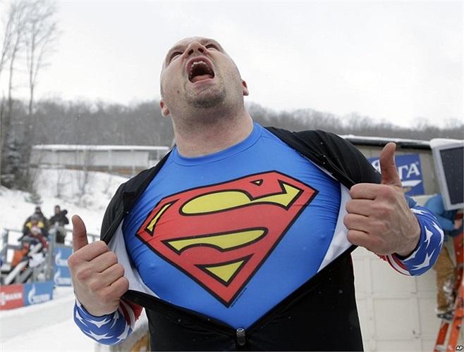 Vận động viên Steven Holcomb của Mỹ ăn mừng sau khi giành chiến thắng ở môn đua xe trượt tuyết hai người trong Giải World Cup ở Lake Placid, bang New York, Mỹ